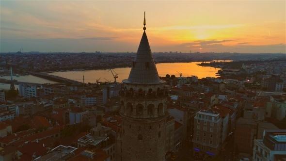 İstanbul'un sembol yapılarından ve dünyanın en eski kulelerinden birisi olan Galata Kulesi`nin gün batımında kızıla bürünen gökyüzüyle birleşen manzarası görenleri hayran bıraktı. Mest eden manzara havadan da görüntülendi.