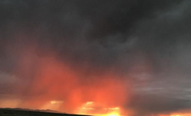 Ağrı'da gökyüzü kızıla büründü