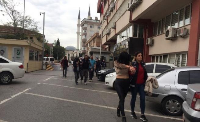 Kadın şoförleri oyalarken, diğer üyeler kamyonları çalmış