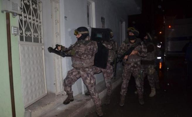 Bin polisle şafak operasyonu