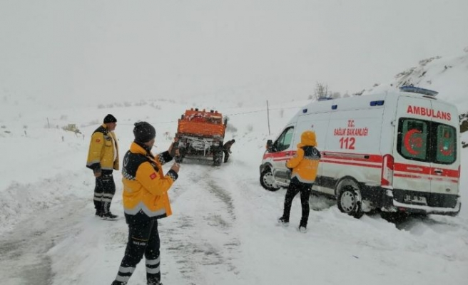 Sağlık ekipleri zorlu kış koşullarıyla mücadele ediyor