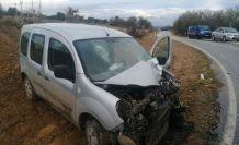 Midibüs ile hafif ticari araç kafa kafaya çarpıştı: 1 yaralı