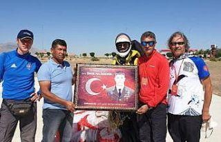 Hasan Dağ'ından uçan paraşütçüler Ömer Halisdemir'in...