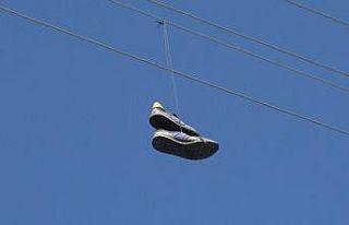 Kars'ta elektrik teline atılan ayakkabı trafoyu...