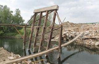 Köprü yıkıldı, sürücüler isyan etti