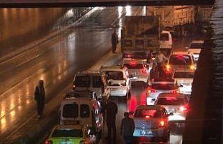 Yarım saatlik yağmur trafiği felç etti