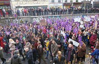 Paris'te binlerce kişi kadına şiddete karşı...