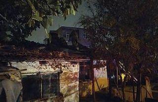 Başakşehir'de gecekondu yangınında bir kişi...