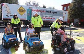 Çocuklar uygulamalı trafik eğitimiyle bilinçlendiriliyor