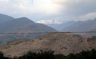 Erzincan'ın en yüksek noktası Esence'ye mevsimin ilk karı düştü
