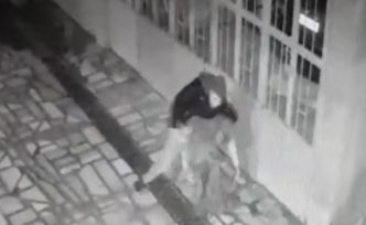 Annesini 15 yerinden bıçaklayıp polise teslim oldu