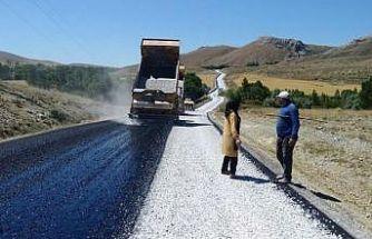 Ulaş'ta köy yolları asfaltlanıyor