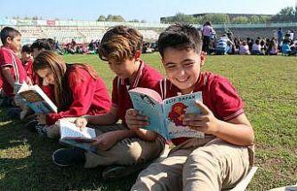 Yalova'da stadyumda 1077 öğrenci hep birlikte kitap okudu