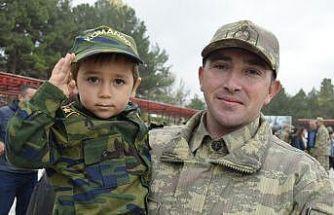 3 yaşındaki Yusuf, asker selamıyla yemin törenine damga vurdu