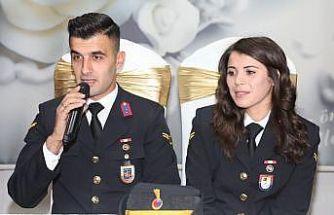 Nikahlarını askeri üniformayla kıydırdılar