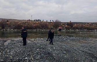 Haber alınamayan balıkçının nehir kenarında eşyaları bulundu