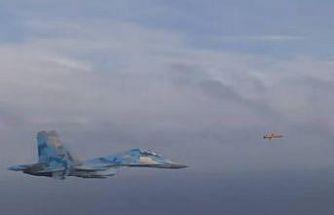 Ukrayna'nın fırlattığı seyir füzesi ile SU-27 savaş uçakları yan yana uçtu
