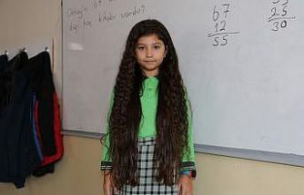 8 yaşındaki Zeynep beline kadar uzattığı saçlarını LÖSEV'e bağışladı