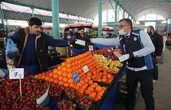Odunpazarı Belediyesi pazar esnafına maske dağıttı