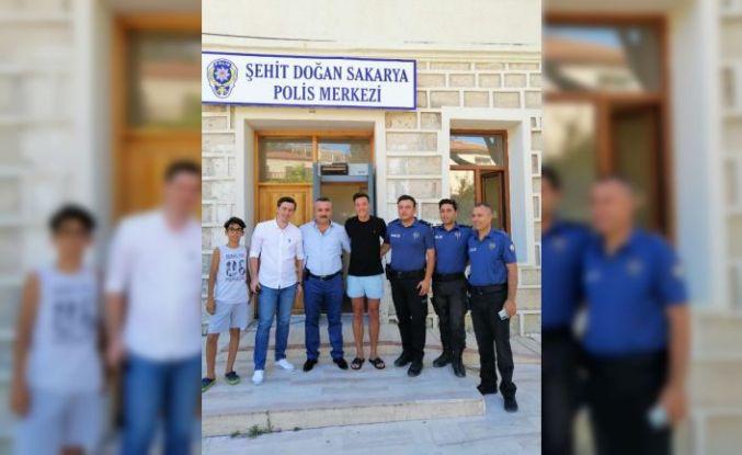 Ünlü futbolcu Mesut Özil'den Alaçatı'da polis merkezine ziyaret