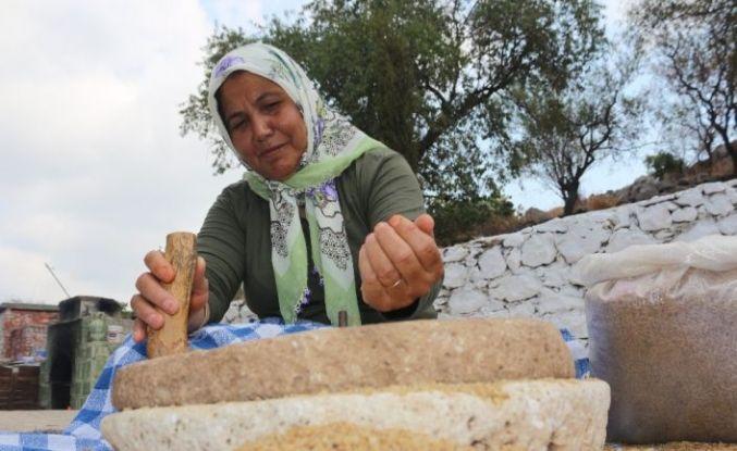 150 yıllık taş değirmenden bulgur yapıyor
