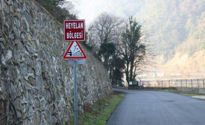 (Özel) 5 mahalleyi ilgilendiren yola düşen kayalar tehlike saçıyor